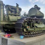 трактор как памятник